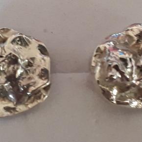 Ørestikker i sølv (925). Ørestikkerne har et rustikt udtryk, de måler 1.3 cm i diameter. Ørestikkerne leveres i gaveæsker og kan sendes for 10 kr med Post Nord, almenlig brev.