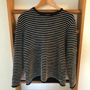 Mørkeblå(næsten sort) stribet bomulds sweater. (Brugt få gange)