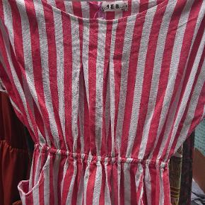 Stribet kjole med elastik i taljen og røde /hvide striber . Anbefales til en på max 170 cm.