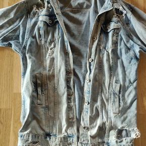 Fed lang denim jakke med huller, passer en M/L fra Premium monday. Nypris var 699,-