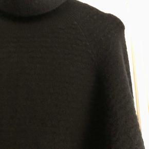 Sort rullekrave i lækker, blød uldkvalitet.  53% uld, 33% polyamide, 11% Yak, 3% elastane.  Længde ca. 55 cm.  Brystbredde ca. 54 cm.  Er brugt begrænset og er i fin stand med begrænset 'fnuller'. :)  Bytter ikke.