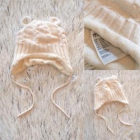 H&M hue i str. 62/68 Lækker varm hue med fleece for brugt få gange er som ny.   Sender selvfølgelig gerne hvis køber betaler porto.