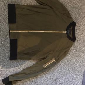Bomber jacket.  Lille i størrelsen.  Tyndt stof, og derfor egnet som overgangsjakke eller i stedet for en blazer.