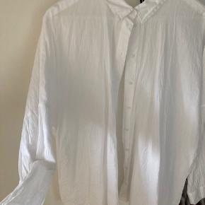 Oversized skjorte fra vero moda str. L.  Prisen er eksklusiv fragt.