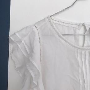 Fin hvid kortærmet bluse fra Vila.  Byd gerne!  Skriv hvis du ønsker flere billeder.