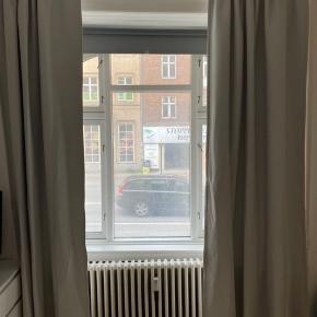 Mørkegrå lange gardiner fra IKEA med eller uden tilhørende gardinstang Gardinerne alene sælges for 100kr og med gardinstang 150kr