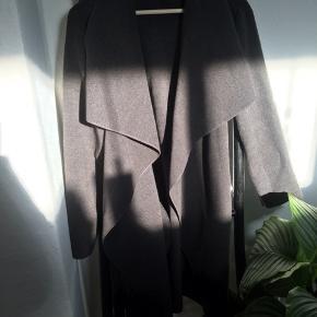 Onesize jakke fra Helle Annemann, passer str s/m, lille large. Brugt sparsomt en vinter. Er købt som vinterjakke men er mere en tyk overgangsjakke.