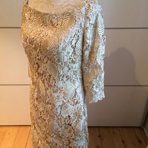 Kjolen er købt i Milano - den er helt ny og ubrugt - omregnet kostede den kr 900,-.