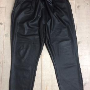 Nye løse strech bukser i lædetlook - er i butikkerne nu. Elastik og snøre i taljen  Livvidde 2 x 52 cm Længde fra livet og ned 100 cm