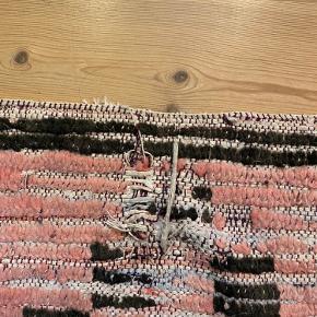 Boucherouite tæppe i smukke farver. Mere Rosa i virkeligheden. Godt brugt og der er løse tråde i den ene ende af tæppet. Se billede 2.   Nypris i Craft Sisters: 4800kr  3 år gammelt
