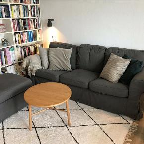 Sofa, bomuld, 3 pers. , Ikea  Sælger 3 pers sofa samt puf fra Ikeas Ektorp serie. Virkelig velholdt og pæn. Der er opbevaringsplads i puffen. Sælges pga flygtning. Betrækket kan tages af og vasket. Man kan også købe nyt betræk, hvis man pludselig får lyst til at skifte farve på sofaen. Bredde: 218 cm  Har stået i dyre- og røgfrit hjem.  Sofa koster 2799 kr fra ny og puf koster 999 kr fra ny. Sælges samlet for 1000 kr. Byd gerne.