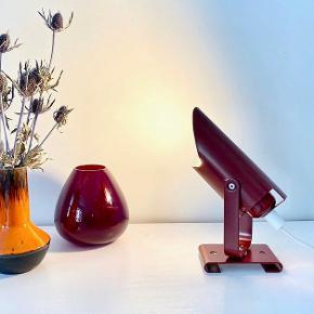Meget fin lille retro væglampe, som også kan bruges som bordlampe. Afhentes på Frederiksberg eller sendes mod betaling.