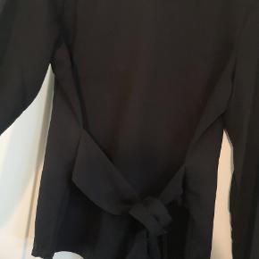 Fin trøje fra pieces der har bånd foran som skal bindes. Brugt den 2 gange, så er så god som ny 🌺🌺Se mine andre annoncer🌺🌺
