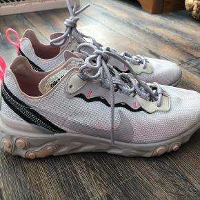 Nike react element 55 sneakers i lys lilla. Nike Member only sko. Str 41 men lille i størrelsen, bruger selv str 40 normalt.  Brugt får gange, næsten igen tegn på brug.