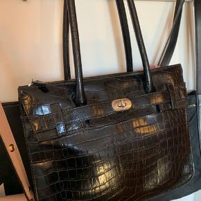 Så fin håndtaske i imiteret læder, ukendt mærke