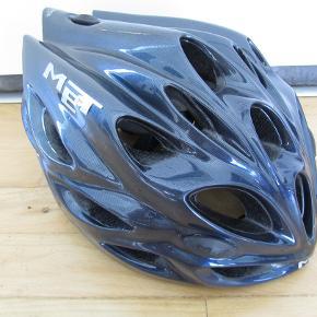 """Sælger følgende cykelhjelm for min bror, da han ikke får den brugt. Har været anvendt af en ikke-ryger. Der er enkelte brugsmærker, men ellers er hjelmen i god stand og fuldt funktionel. Der er et par """"soft spots"""" inde i hjelmen, der er lidt mørnede.  Cykelhjelm Mærke: Met Størrelse: Large - 58-61 cm. Vægt: 290 gram. Farve: Mørkeblå   BETALING: Modtager enten kontanter, mobilepay (på nummeret i min brugerprofil) eller bankoverførsel.  AFHENTNING/FORSENDELSE: Kan afhentes på adresse/by angivet i denne annonce/min profil, eller tilsendes for købers regning."""