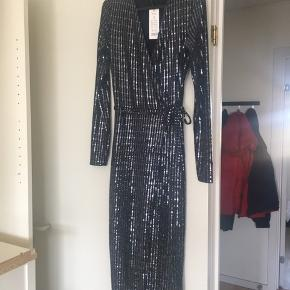 Den flotteste glimmer kjole fra Gina Tricot med slå-om effekt  Str. S Aldrig brugt og stadig med prismærke   Nypris: 399kr.   Afhentes i Aalborg Øst eller sendes på købers regning