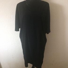 Storm & Marie - løs kjole Str. 36 Næsten som ny Farve: sort Lavet af: 100% polyester Style: ZEN-DR Flot ryg Mål: Brystvidde: 132 cm hele vejen rundt Livvidde: 110 cm hele vejen rundt Længde: 88 cm Køber betaler Porto!  >ER ÅBEN FOR BUD<  •Se også mine andre annoncer•  BYTTER IKKE!