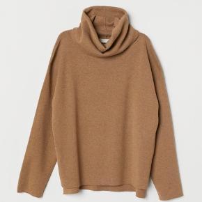 Rullekrave med slidser i siderne  Farven hedder kamel  Jeg bruger xs/s og jeg har bare haft den på sådan den er oversized