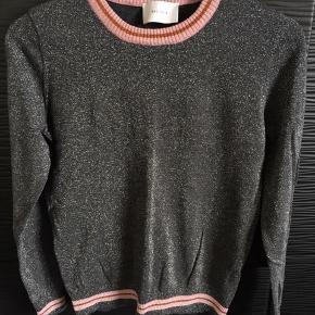Style: Raven Blouse fra Neo Noir. Fin sølv-glitter bluse, med lyserød kant. Brugt meget få gange.