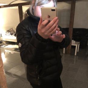 BYTTER!! ER DER EN DERUDE, som har denne jakke eller bare lignende moncler jakke i str 4, så skriv!!Denne er str 5 og lige i det største til mig, derfor vil jeg gerne bytte.  Det er modellen maya, og har alt OG til. Gav 7.500 cirka for den.