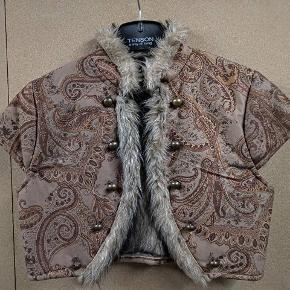 Super sød kort vest, med pels på indersiden. Aldrig brugt. Str M.