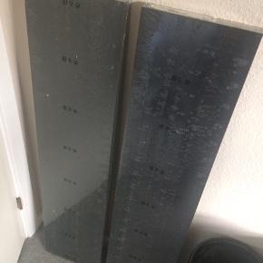 Helt nye sorte ikea svævehylder.  Begge hylder for 40 kr.  Står lige nu i Gistrup. Kan efter aftale også hentes i øgaden i Aalborg.