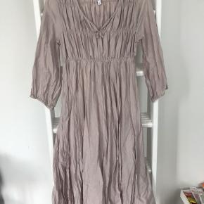 Smuk lang kjole Str M. Brugt få gange, uden synlige spor på brug.  Byd endelig 😊 Deler gerne fragten hvis der købes mere end 1 ting 🥳