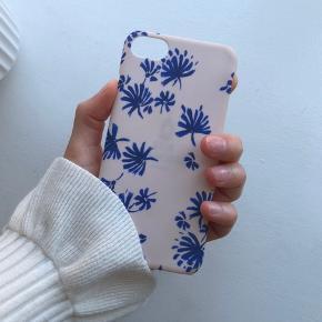Fint og sommerligt cover fra Beck Söndergaard sælges. Passer til iPhone 7/8. Coveret er helt intakt, og er ikke knækket nogle steder. Køber betaler fragt, hvis varen skal sendes.
