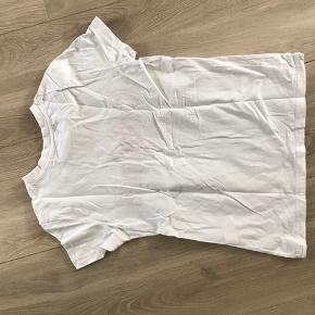 Hvid Pieces T-shirt med tekst. Brugt få gange