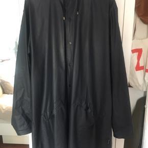 Fin rains jakke i str L/Xl. Fejler ingenting, sælges fordi jeg har fundet en anden regnfrakke :) byd!