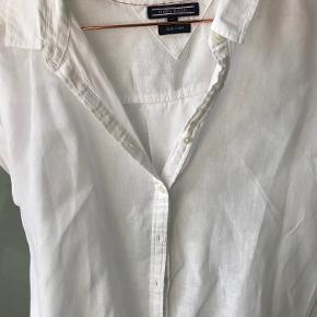Super fin skjorte fra Tommy Hilfiger kun brugt i få timer så fremstår som ny uden slid  i bomuld/hør stof  BYTTER IKKE
