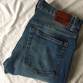 Blå Jeans i størrelse 28/30 Modellen hedder Form (skinny)  Næsten ik brugt.