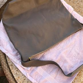 Meget lækker taske i bøffellæder Helt ny  ingen ridser Tasken er meget let