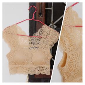 🔶️Neuf🔸️Top dentelle court couleur nude 👙Taille S 🔸️Avec bonnets en rembourrage  🔸️Peut se porter en lingerie ou top