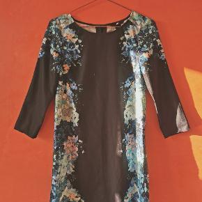 H&M navy kjole med det fineste blomster print (ligner akvarel i udtrykket)🌸.  Kjolen har 5 rigtige knapper og 4 pynteknapper på ryggen.   Farve: Multi. Selve kjolen er navy, men print er blå, grøn, nude, hvid.   Materiale: 100% polyester.   Str. : 34 (XS).   Stand: God, men brugt. Der er nogle tråde der er løbet rundt omkring bl.a. lidt foran og lidt ved knapperne bagpå (se billeder), hvilket ikke kan undgås med denne kjole.  Sælges derfor billigt.   Ny-pris: 349kr.   Pris: 100kr.  Skal hentes på Nørrebro (Ravnsborggade) /mødes på Nørreport ellers kommer forsendelse med DAO oveni.