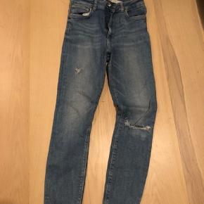 Sælger mine absolutte yndlings jeans fra ZARA da jeg ikke må bruge dem på arbejde mere dsv.  Ting der er gået op er der billede af. Det er en højtaljede jeans med hul på knæet og sliddetaljer få andre steder også.
