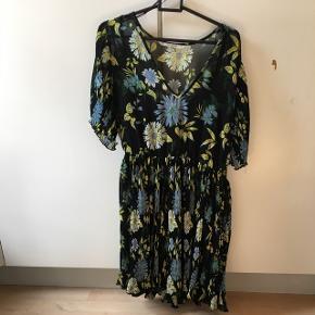 Blomstret fest kjole fra ZARA  Aldrig brugt! Str. S