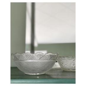 Fin glasskål med mønster 🌼 ⠀ H 8, 5cm Ø 20 cm ml 1300   Instagram: vintage.vips