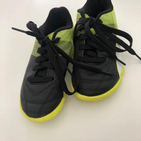 Indendørssko til drenge fra Puma sælges. Skoene er brugt indenfor et par gange.