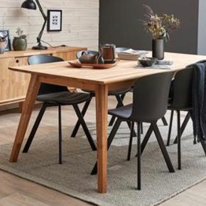Spisebord fra IDEmøbler/ ilva. Model Lake. Massivt olieret egetræs bord. Mål 150x 90x75 cm. Nypris 3500 kr.  Enkelte brugsspor men intet af betydning -se billeder. Der medfølger ligeledes en ekstra plade til bordet.