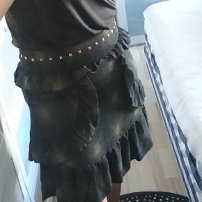 Så fin nederdel med god pasform på flæsedetaljer.  Kun brugt en gang og derfor som ny.