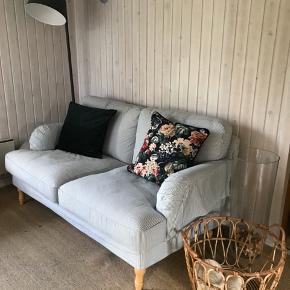Stocksund 2-personers sofa i hvid og lyseblå stribet 🐬 brugt ca 6 mdr, i rigtig pæn stand! Al betrækket kan tages af og skiftes eller vaskes, og Ikea sælger betræk til hvis man ønsker et helt andet look 🌾 nyprisen for sofaen var 3600 kr og 2000 kr for bænken med opbevaring i. Sofaen måler 84 cm i højden inkl. Ryghynder, 154 cm i bredden, 97 cm i dybden. Puffen måler 144 cm x 49 cm x 47 cm   Pris for sofa: 2600 kr  Pris for bænk: 1000 kr  Samlet: 3000 kr   Bemærk - afhentes i Hasle. Bytter ikke 🌸  ♻️ Sofa Ikea stribet striber blå hvid to personers stocksund puf bænk opbevaring