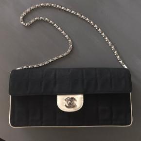 Chanel taske i canvas / opfarvet så står som ny - med læder indvendig ... du finder ikke så fin Chanel til den pris andre steder.   Med kvittering fra vintage shop: Luxusgenbrug   Fast pris / bytter kun til andet Chanel  Inkl. Forsikret forsendelse eller afhentes i Odense