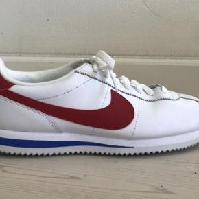 Nike Cortez sneakers. Jeg har ikke skoleskemaet mere da jeg har mistet den.