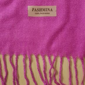 Kun brugt to gange🌺 Lækkert ægte Pashmina-tørklæde i varm pink sælges billigt grundet svag misfarvning på midten (se billede 2). Det kan dog dårligt nok ses, især ikke, hvis man har tørklædet på.  Længde: 166cm + 7cm frønser i hver ende.