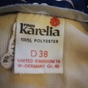 En nederdel med print af isvaffeler. Den er i a form og i kunst. Foret. Måler ca 77 cm i talje vidde. Og har en længde på ca 68 cm. Fra 70s.