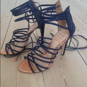 Varetype: Sandaler - stiletter Farve: Blå Oprindelig købspris: 899 kr.  Smukke stiletter - brugt 1 dag til bryllup - de fejler intet. Kom gerne med et bud ;-)