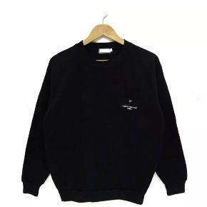 Sjælden valentino vintage sweatshirt i sort med lomme foran i god condition :-)   Kan bruges af begge køn, tjek min side for lignende