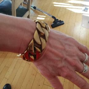 Let armbånd der ser tungt ud. Meget elegant!